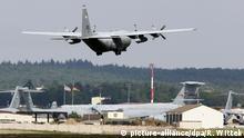 27.06.2005 ARCHIV - Eine Transportmaschine der US-Luftwaffe überfliegt am 27.06.2005 den US-Flughafen Ramstein. Ein ehemaliger ziviler Nato-Mitarbeiter soll auf der US-Air-Base in Ramstein geheime Daten ausgespäht haben. An diesem Mittwoch (17. Juli) beginnt der Prozess gegen den 60-Jährigen in Koblenz. Foto: Ronald Wittek/dpa +++(c) dpa - Bildfunk+++ | Verwendung weltweit