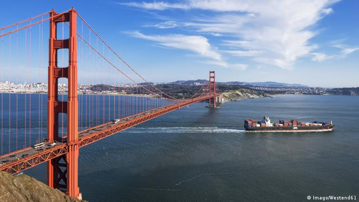 USA San Francisco Golden Gate Bridge Containerschiff (Imago/Westend61)