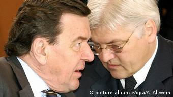 Deutschland Gerhard Schröder und Frank-Walter Steinmeier (picture-alliance/dpa/A. Altwein)