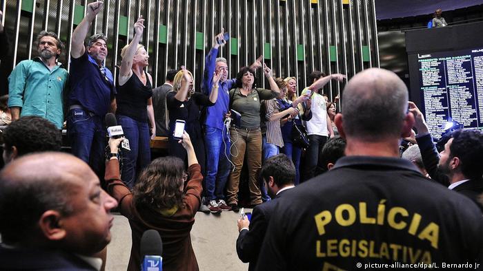 Brasilien Demonstranten dringen in Parlamentsgebäude ein (picture-alliance/dpa/L. Bernardo Jr)