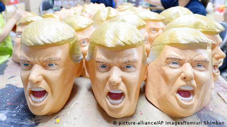 Japan Produktion von Trump Masken (picture-alliance/AP Images/Yomiuri Shimbun)