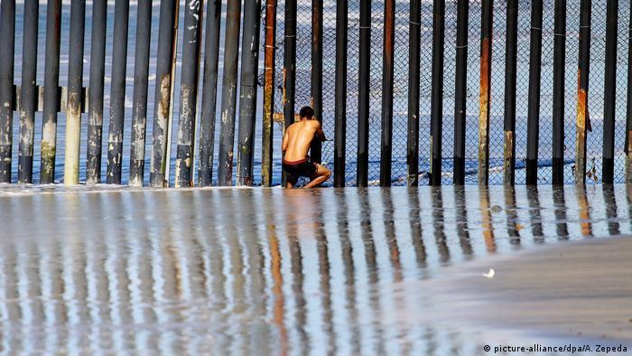 Мексиканец на границе между США и Мексикой.