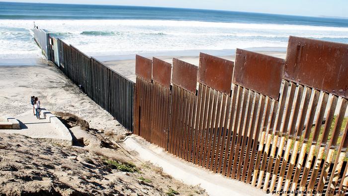 Участок заграждения между пограничным пунктом Отей Меса в Сан-Диего (штат Калифорния) и Тихим океаном.