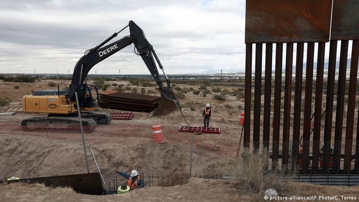 Строительство заграждения на границе между США и Мексикой