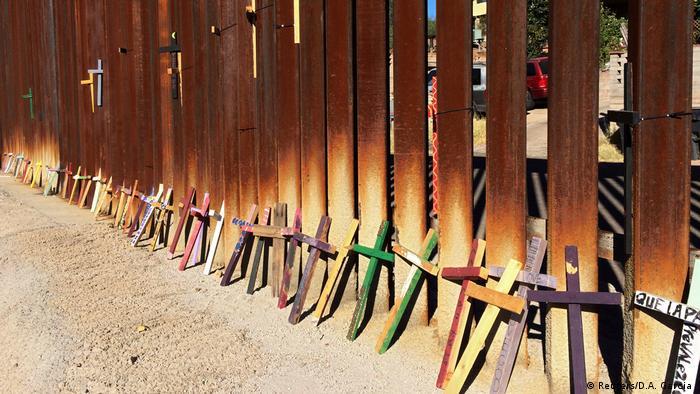 Деревянные кресты на границе между Мексикой и США.