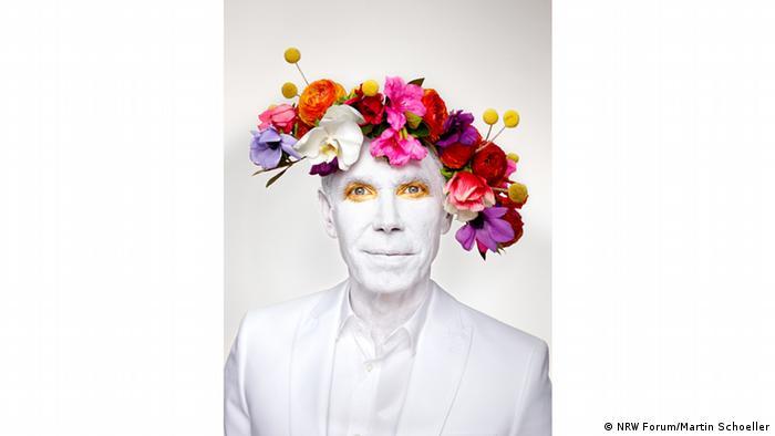 Фотограф Мартін Шеллер навчився своєму ремеслу у Берліні, але працює у США. Він працював з Анні Лейбовіц, яка є однією з найбільш високооплачуваних фотографів у світі, а потім зробив собі ім'я чесними портретами. Він зобразив американського художника Джеффа Кунса у стилі, який відображає його мистецтво, - король кітчу з короною квітів на голові.