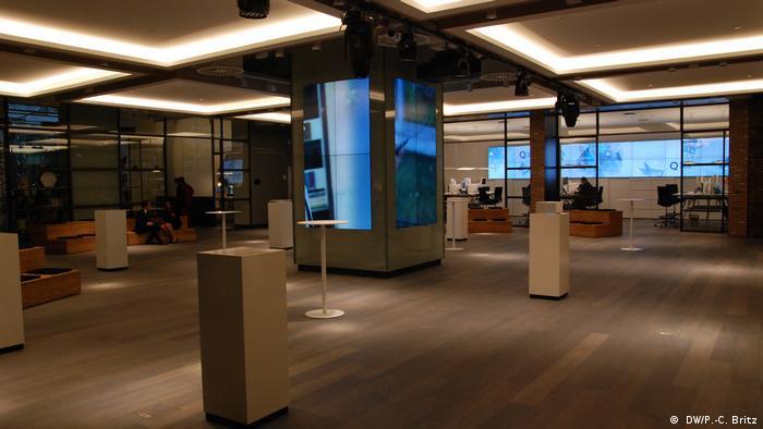 En la sala principal del Deutsche Bank usted puede encontrar consultorías y talleres. Ya no ha ventanillas, porque en estas oficinas ya no hay dinero en efectivo.