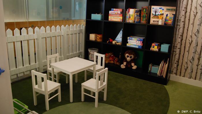 Aquí no habrá robots que cuiden a los niños de los clientes. Los pequeños podrán jugar mientras sus padres consultan al experto bancario.