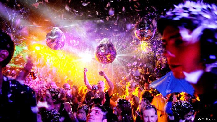Каролін Зааґе була єдиною людиною, якій дозволили фотографувати у легендарному бердінському техно-клубі Bar 25, що зачинився у 2010 році. Зааґе витратила сім років, документуючи життя на танцполі та за його лаштунками. Результатом цього стала суб'єктивна любовна пісня про минуле, повне розкоші і гламуру.