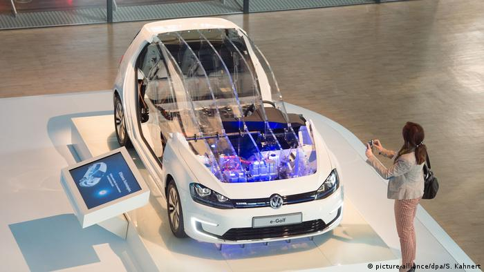 VW eGolf (picture-alliance/dpa/S. Kahnert)