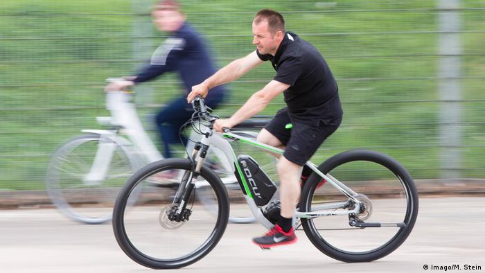 دوچرخههای برقی در سالهای اخیر در حمل و نقل درون شهری جای ویژهای یافتهاند. این دوچرخهها یک موتور الکتریکی کوچک دارند که با پدال زدن کار میکنند و میتوانند تا ۲۵ کیلومتر در ساعت سرعت داشته باشند. هر چه سرعت و توالی پدال زدن راکب بیشتر باشد، سرعت دوچرخه بیشتر خواهد شد. با یک دوچرخه برقی شارژ شده میتوان مسافتی بین ۲۵ تا ۶۰ کیلومتر را طی کرد.