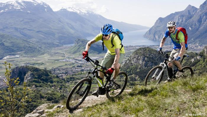 Dois homens de mountainbike