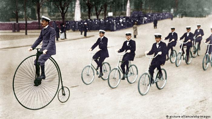 Desfile de bicicletas com uma roda alta
