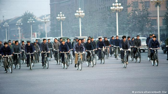 Cyclists in Beijing (picture-alliance/dpa/D. Klar)