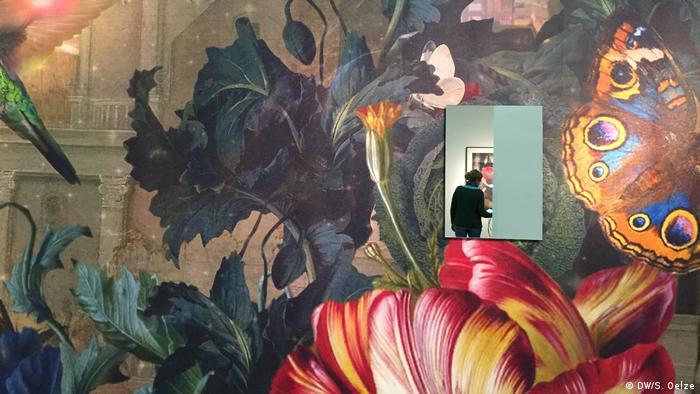 Виставка починається з погляду у дзеркало. Перше, що ви побачите, зайшовши сюди, - себе в оточенні квітів, фруктів та тварин. Створений Катаріною Ступавською гігантський гобелен на всю стіну нагадує масштабні натюрморти, популярні у часи бароко. Він вводить відвідувача у картину - принаймні у дзеркалі.