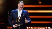Bastian Schweinsteiger erhält am 17.11.2016 in Berlin den Bambi in der Kategorie Ehrenpreis der Jury. Der Preis wird in diesem Jahr zum 68. Mal verliehen. Foto: Clemens Bilan/dpa +++(c) dpa - Bildfunk+++
