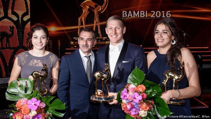 Fußballstar Schweinsteiger (2.v.r) mit den stillen Heldinnen Yusra und Sarah Marindi und ihrem Vater