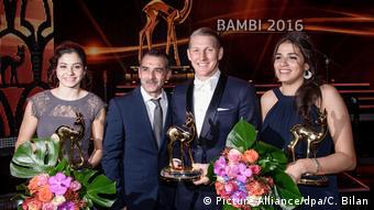 Οι δύο αδελφές με τον πατέρα τους και τον γερμανό ποδοσφαιριστή Μπάστιαν Σβαϊνστάιγκερ στην απονομή των βραβείων Bambi