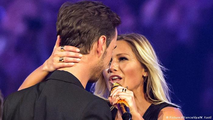Schlagersängerin Helene Fischer singt und umarmt dabei ihren Lebenspartner Florian Silbereisen. (Foto: dpa)