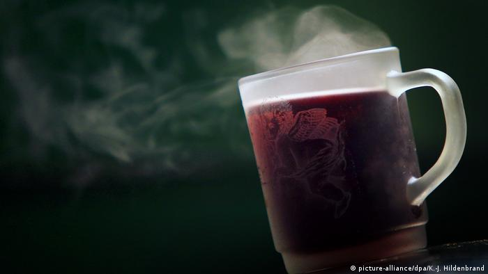 A glass with hot mulled wine (Foto: dpa)