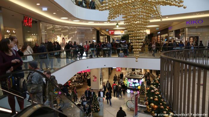 Людські потоки тупцюють на ескалаторах, тягнуться торговими центрами і юрмляться на касах - усі поспішають купити різдвяні подарунки рідним і друзям. Навколо грає святкова музика. Грудень для торгівлі - найплідніший місяц. Щоб уникнути передріздвяного стресу, дехто замовляє подарунки через інтернет. Але той, хто лишається вдома, втрачає можливість побродити по різдвяному ярмарку.