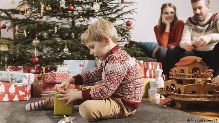 Criança abre presente de Natal