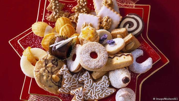 Грудень абсолютно не підходить для сидіння на дієті - кульмінацією свята калорій стає Різдво. Уже на початку місяця господині починають пекти різдвяне печиво. Коли святкові ласощі готові і їх витягають з духовки, аромат анісу, гвоздики і кориці так і спокушає потягнутися до тарілки зі смаколиками. Коробочка такого печива - чудовий подарунок до свята рідним і друзям.