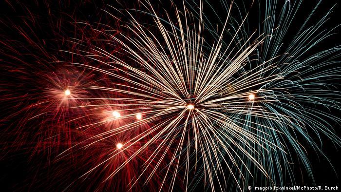 За три дні до новорічного вечора, який у Німеччині має назву Silvester, починають продавати піротехнічні вироби - щоб завершити рік шумно та з барвистими феєрверками. В інші дні року, до речі, запускати їх заборонено. У супроводі таких неодмінних атрибутів як пунш, розплавлений ароматний сир раклет та гадання на розтопленому свинці починається Новий рік.
