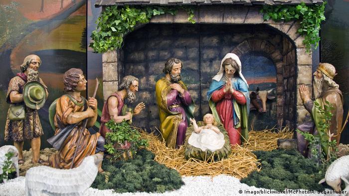 برخی خانوادهها هم در نزدیکی یا پای درخت کریسمس، یک گوشه، مهد میلاد بر پامیکنند؛ مجسمههایی کوچک و ظریفی از سه مغ (سه پادشاه مقدس از شرق)، مریم مقدس، یوسف، چوپان و جانورانی مثل خر و گاو و گوسفند که رویداد تولد مسیح را به روایت مسیحیان که در یک آخور اتفاق افتاده به تصویر میکشند. در میانه تصویر هم گهوارهای است که کودک درون آن مسیح است.