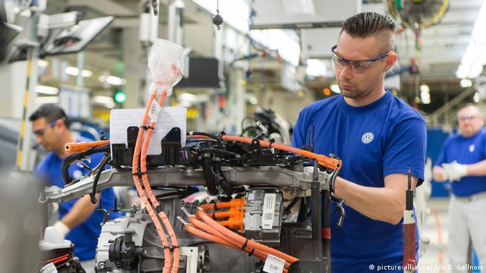 Deutschland Volkswagen-Werk in Wolfsburg (picture-alliance/dpa/S. Gollnow)