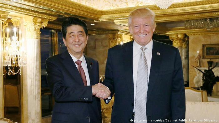 USA Treffen Donald Trump und Shinzo Abe (picture-alliance/dpa/Cabinet Public Relations Office/Ho)