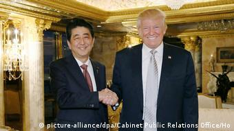 Treffen von Donald Trump und Shinzo Abe (Foto: picture-alliance/dpa/Cabinet Public Relations Office/Ho)