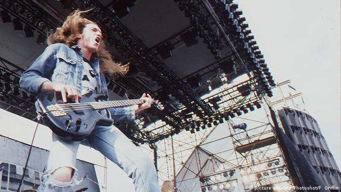 Cliff Burton, Bassist der Band Metallica, auf der Bühne, Foto von 1985 (picture-alliance/Photoshot/F. Griffin)