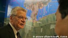 18.11.2016 **** Bundespräsident Joachim Gauck besichtigt am 18.11.2016 in Nagasaki in Japan das Atombombenmuseum. Das deutsche Staatsoberhaupt hält sich zu einem fünftägigen Besuch in Japan auf. Foto: Wolfgang Kumm/dpa +++(c) dpa - Bildfunk+++