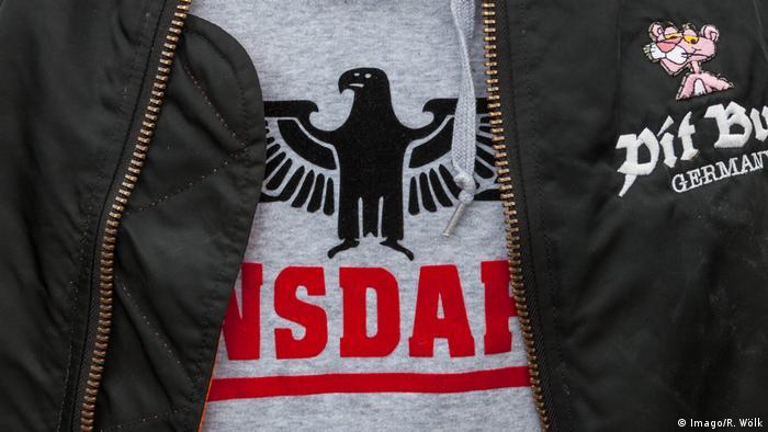 Camiseta com símbolo nazista