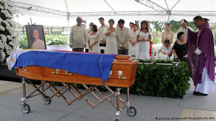 Рідня Маркоса під час церемонії на кладовищі національних героїв Філіппін
