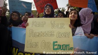 Pakistan Protesten gegen die Abschiebung türkischer Lehrern (picture-alliance/AP Photo/A. Naveed)