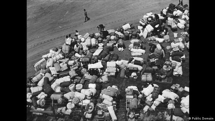 Zweiter Weltkrieg Internierung japanischstämmiger Amerikaner Gepäck (Public Domain)