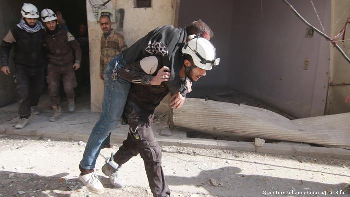 Спасатель выносит раненого из подвергшегося бомбардировке госпиталя, восточный Алеппо 17 ноября 2016 года