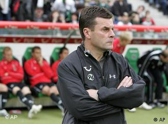 Hannovers Trainer Dieter Hecking vor der Bank