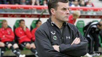 Hanovers Trainer Dieter Hecking vor der Trainerbank (Foto: AP)