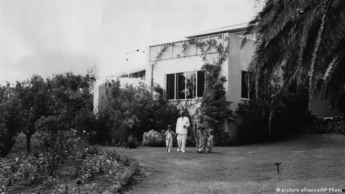 Thomas und Katia Mann mit den Enkelsöhnen im Garten ihres Hauses in Pacific Palisades
