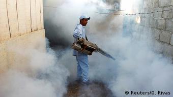 Ein Arbeiter versprüht pestizide