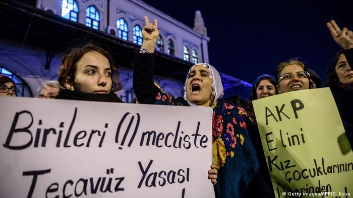 Türkei Gesetzentwurf sieht Heirat sexueller Straftäter mit Opfern vor (Getty images/AFP/O. Kose)