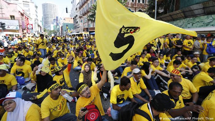 Malaysia Proteste gegen die Regierung in Kuala Lumpur (picture-alliance/AP Photo/V. Thian)