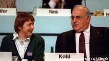 ***Archivfoto***** Der damalige Bundeskanzler Helmut Kohl und seine neugewählte Stellvertreterin, Frauenministerin Angela Merkel, während des Parteitags der CDU am 16. Dezember 1991 im Kulturpalast in Dresden (Archivfoto). Foto: Michael Jung (zu dpa-Hingergrund, Illustration zur Nominierung der CDU-Vorsitzenden Angela Merkel zur Kanzlerkandidatin der Union an diesem Montag) +++(c) dpa - Bildfunk+++ |