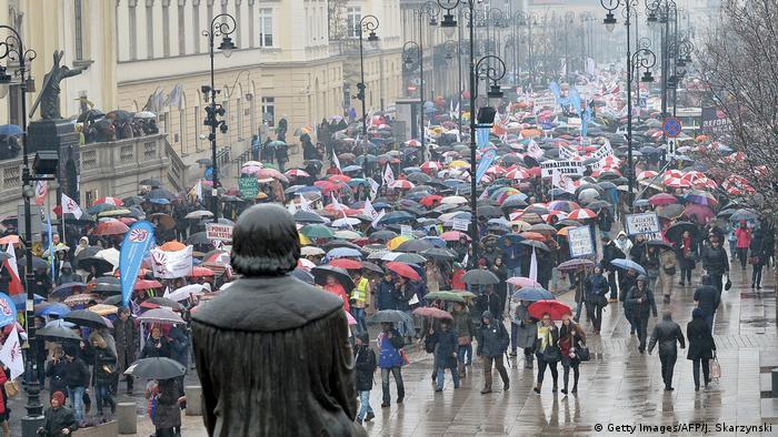 polen Zehntausende demonstrieren in Polen gegen geplante Schulreform