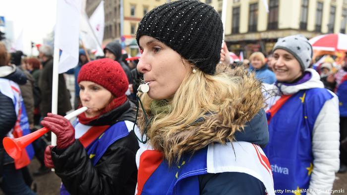 polen Zehntausende demonstrieren in Polen gegen geplante Schulreform (Getty Images/AFP/J. Skarzynski)