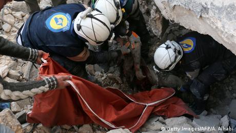 Syrien Aleppo Bergung aus zerstörtem Gebäude (Getty Images/AFP/A. Alhabi)