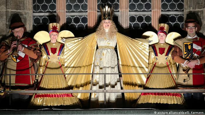 Подарунки німецьким дітям приносять не лише Святий Миколай 6 грудня і Різдвяний дід - Weihnachtsmann - 25 грудня, а й Christkind - Немовля Ісус. Кажуть, що ще Мартін Лютер вирішив відійти від католицьких традицій і замінив образ Святого Миколая на Святого Христа. З часом він перетворився на Немовля Ісуса - схожого на янгола малюка зі світлими кучерями, який кладе подарунки під ялинку на Різдво.